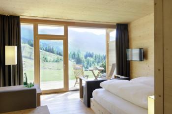 Alle Zimmer sind mit Panoramafenstern und Balkon ausgestattet.