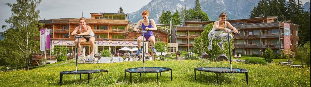 Das kostenlose Mountain Life Programm des Hotels bietet auch Jumping Fitness mitten im Grünen.