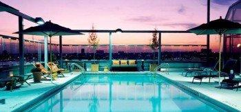 Vom Pool des Gansevoort Hotel genießt man beste Aussicht über die Dächer New Yorks