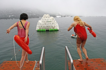 Auch kuriose Kostüme dürfen beim Silvesterschwimmen nicht fehlen.