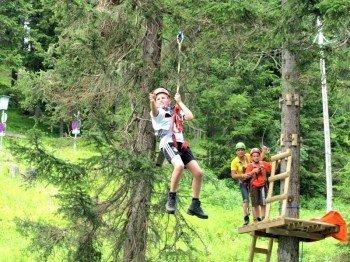 Von einem Baum zum nächsten schwingen kannst du im Adventurepark Katschberg.