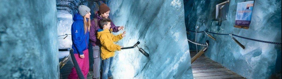 Eis bestaunen und auch berühren kannst du auf dem Rundgang in der Eisgrotte am Stubaier Gletscher.