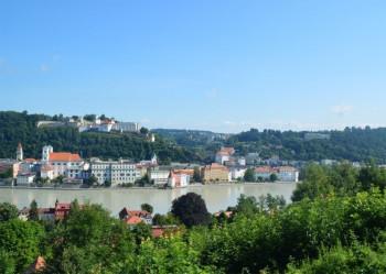 Die historische Veste liegt oberhalb der Stadt