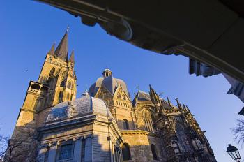 Der Aachener Dom wurde von Karl dem Großen gebaut.