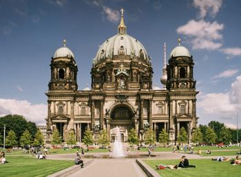 Vor der imposanten Hauptfront des Berliner Doms befindet sich ein Lustgarten.