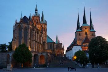 Direkt neben dem Erfurter Dom (li.) steht die Kirche St. Severin.