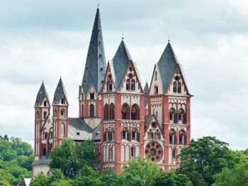 Die sieben Türme des Limburger Turms stehen für die sieben Sakramente.
