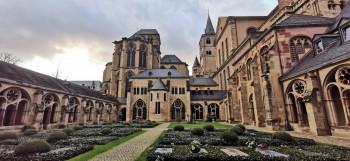 Der Trierer Dom ist über einen Kreuzgang mit der benachbarten Liebfrauenkirche verbunden.