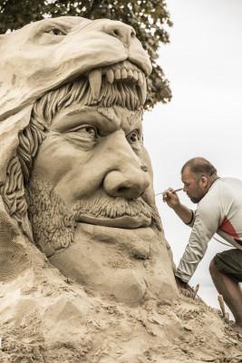 In stundenlanger Arbeit werden die Skulpturen aus einem gepressten Block mit Sand-Wasser-Gemisch herausgeschnitzt.