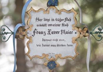 Eine der etwas kuriosen Grabinschriften auf dem Museumsfriedhof Kramsach