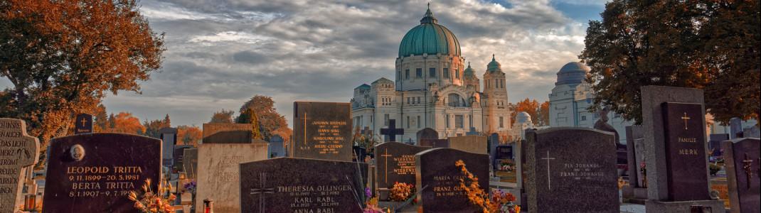 Der Wiener Zentralfriedhof mit der Kirche zum heiligen Karl Borromäus im Hintergrund