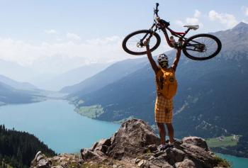 """""""Helm auf, Abenteuer an"""" heißt es für Mountainbiker in Nauders am Reschenpass."""