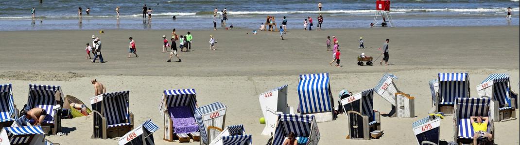 Die Badefelder am Nordstrand von Norderney sind im Sommer voller Leben.