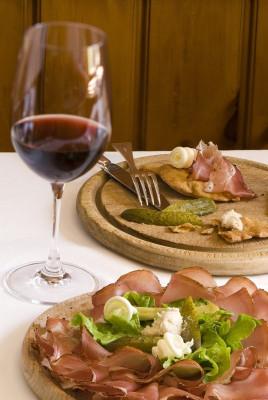Südtiroler Tradition: Speckbrettl mit leichtem Rotwein