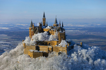 A Christmas market is held at Hohenzollern Castle in Advent.