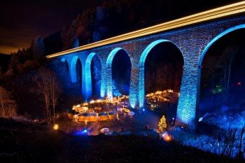 Das prachtvoll illuminierte Viadukt ist das Markenzeichen des Weihnachtsmarkts in der Ravennaschlucht.