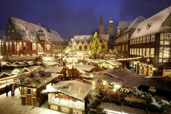 Über 50 mit tausenden Lichtern erleuchtete Tannenbäumen schmücken den Weihnachtsmarkt Goslar.