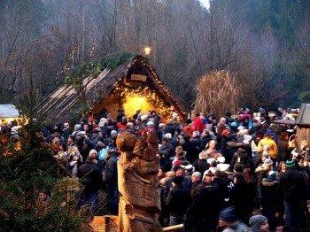 Mit seiner Lage mitten im Wald sorgt der Waldweihnachtsmarkt in Halsbach für eine ganz besondere Atmosphäre.