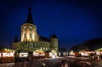 Ein idyllisches Hüttendorf erwartet Besucher auf dem Weihnachtsmarkt auf Schloss Merode.