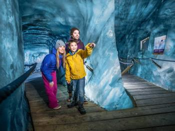 Ein200 Meter langer Rundgang führt dich in der Eisgrotte am Stubaier Gletscher durch das Innere des Ewigen Eises.