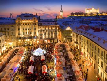 Die Weihnachtsmärkte in Bratislava erstrahlen im Lichterglanz.