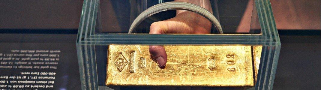Goldbarren zum Anfassen: 440.000 Euro ist der 12,5 Kilogramm schwere Barren wert, den man im Geldmuseum in Frankfurt anfassen kann.