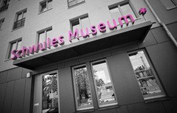 Seit 1985 finden im Schwulen Museum Berlin verschiedene Ausstellungen und Veranstaltungen zur Kultur und Geschichte der LGBTQ+ Communities statt.