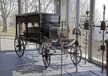 Rund um das Thema Sterben, Bestattung und Trauern, im Bild eine Kutsche mit Sarg aus dem 19. Jahrhundert, drehen sich die Ausstellungen im Museum für Sepulkralkultur in Kassel.