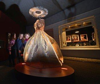 Ein Kleid aus Draht ist im Drahtmuseum in Altena zu bestaunen.