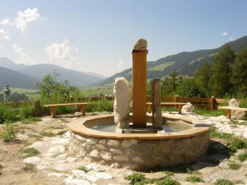 Das Trinkwasser von zwei verschiedenen Quellen kannst du am Zwei-Wasser-Brunnen testen.