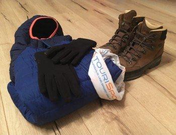 Handschuhe, Schal, leichte Daunenjacke und natürlich richtige Wanderschuhe sollten bei einer Wanderung im Herbst nicht fehlen.