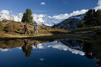 Vorbei an verschneiten Bergen kann man im Herbst am Arbiskogel im Zillertal wandern.