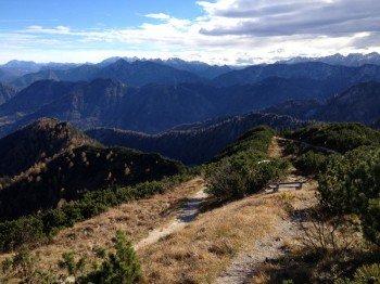 Die Ruhe bei traumhaftem Fernblick genießen: Im Herbst sind nur wenige Wanderer in den Bergen unterwegs.
