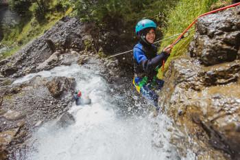 Beim Canyoning haben sowohl Erwachsene als auch Kinder einen Riesenspaß!