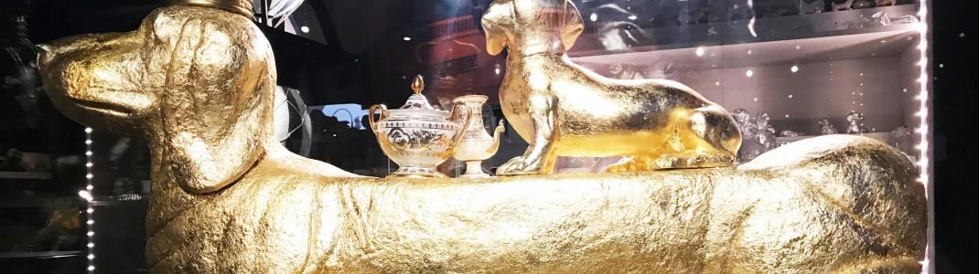 """Er ist der Star des Museums - der riesige goldene """"Wiener Dog"""" mit seinem Dackelgefolge."""