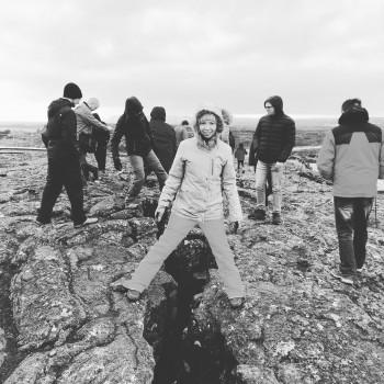 Auf zwei Kontinenten gleichzeitig stehen - im Þingvellir-Nationalpark ist das möglich. Links befindet sich die eurasische tektonische Platte, rechts die nordamerikanische.