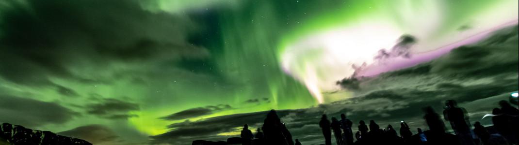 Spektakulär tanzende Nordlichter im Südwesten Islands, aufgenommen am 12. April 2018.