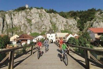 Radfahren entlang der Jurafelsen