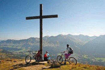 Gemütliche Rast am Gipfelkreuz