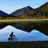 Auf der Etappe von Ruhpolding nach Reit im Winkl kommst du an mehreren idyllischen Seen, wie beispielsweise dem Weitsee, vorbei.