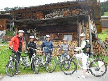 Mit den E-Bikes auf dem Weg zur Labalm