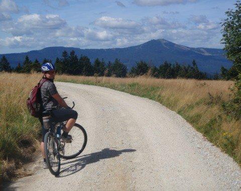 Charakter der Tour: Breite Schotterwege mit immer wieder schönen Ausblicken (hier auf den Großen Arber)