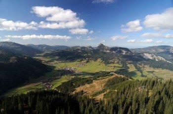 Ein herrliches Panorama bietet sich beim Blick über das Tannheimer Tal auf die Berggipfel der Allgäuer Alpen.