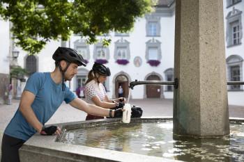 Wasser tanken beim Magdalenenbrunnen in Hall in Tirol
