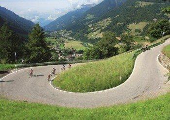 Kurvenreiche Straßen über die Berghänge