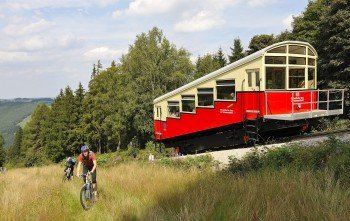 The mountainbike trail leads along the mountain railway line at several points.