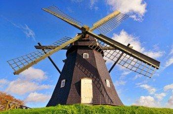 Mit deinem Rad fährst du an der alten Windmühle bei Vestervig vorbei