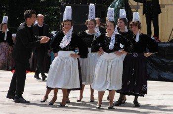 """Bretonische Frauen bei der """"Fête de la Crêpe"""" in Gourin."""