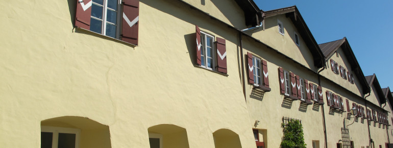 The saline houses with their red window shutters are located at Karl-Theodor square in Traunstein.
