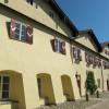 Die Salinenhäuser mit ihren roten Fensterläden stehen am Karl-Theodor-Platz in Traunstein.